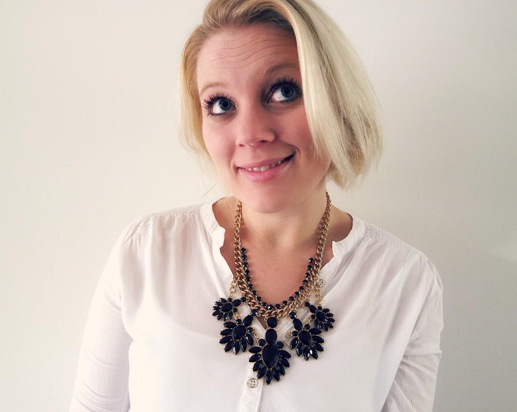 happy blogger met ketting en blouse van primark
