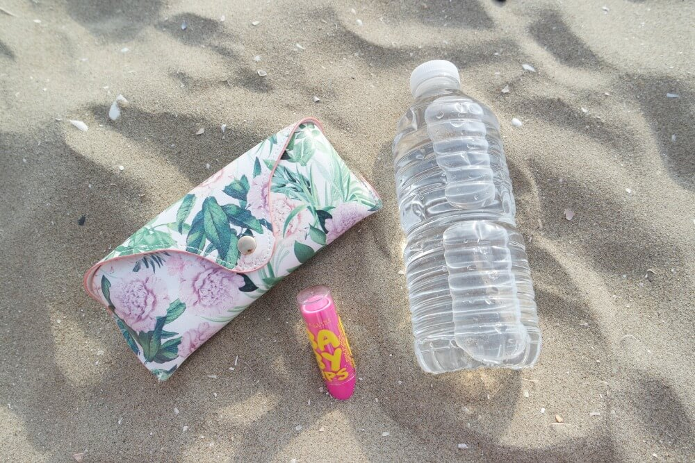 Beach Look - OOTD - essentials - Babylips - brillenkoker en water