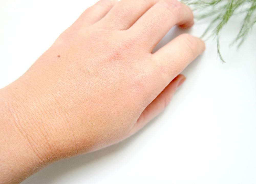 Benefit dew the Hoola swatch