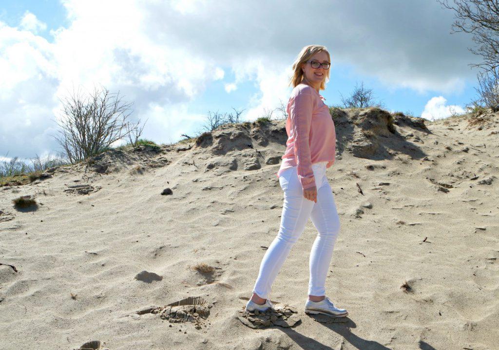 Outfit witte broek met roze blouse