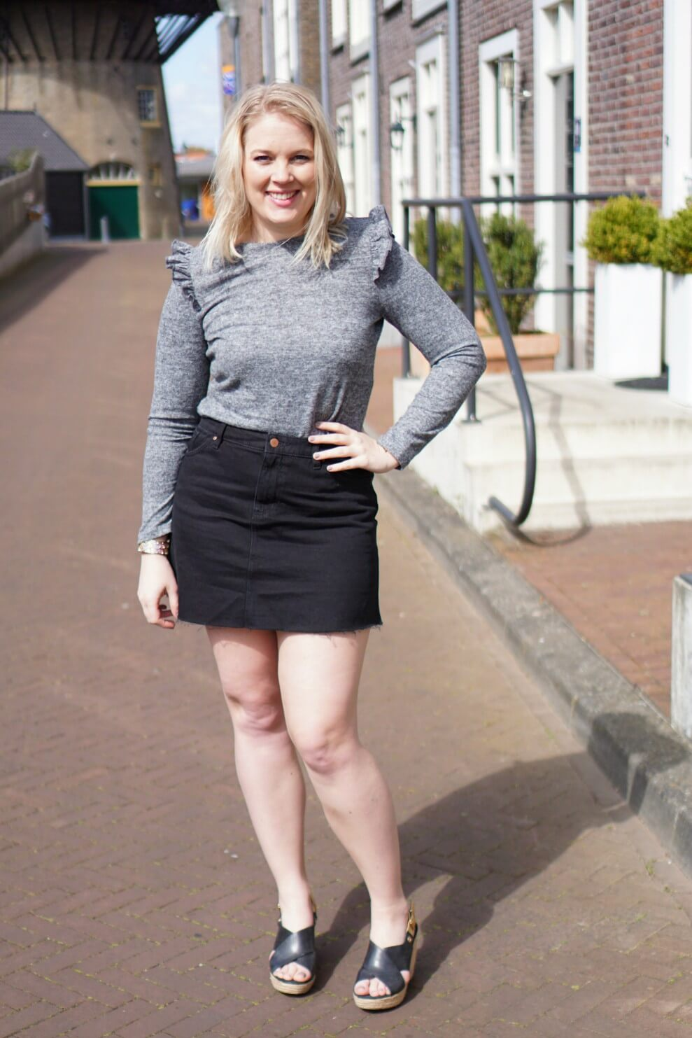 Outfit | Ruffle top and black denim skirt
