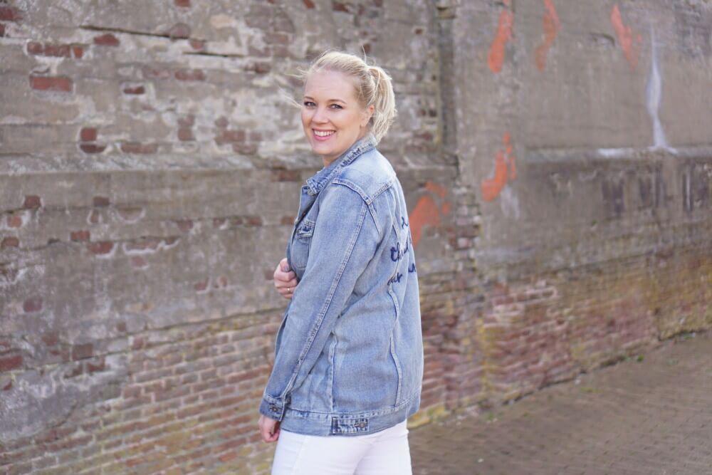 Outfit | Lange spijkerjas, witte broek, via vai schoenen 1