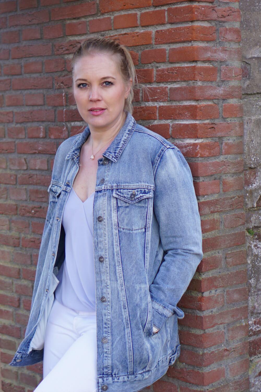 Outfit | Lange spijkerjas, witte broek, via vai schoenen 10