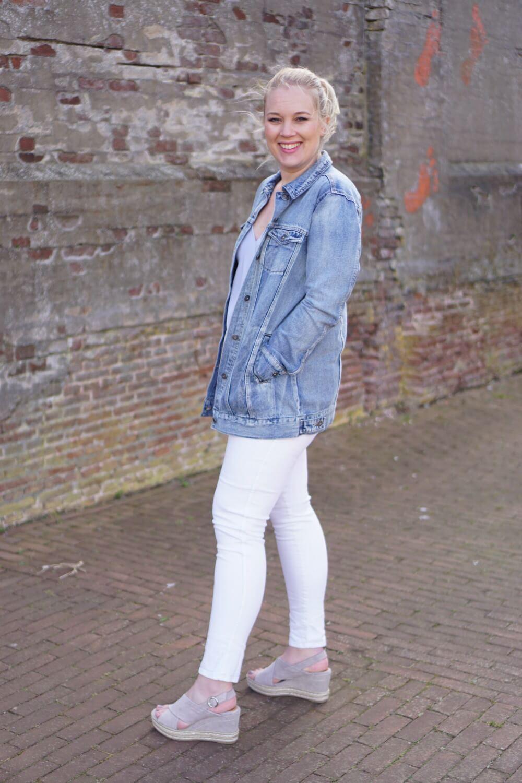Outfit | Lange spijkerjas, witte broek, via vai schoenen 2