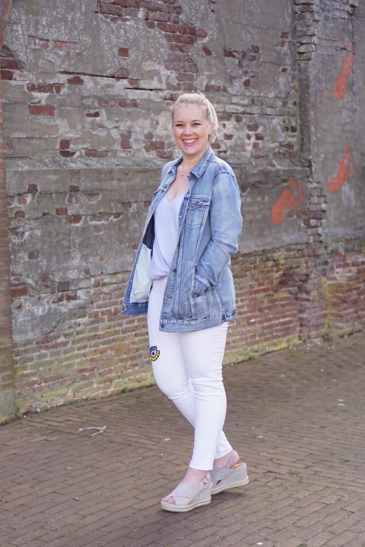 Outfit | Lange spijkerjas, witte broek, via vai schoenen 4