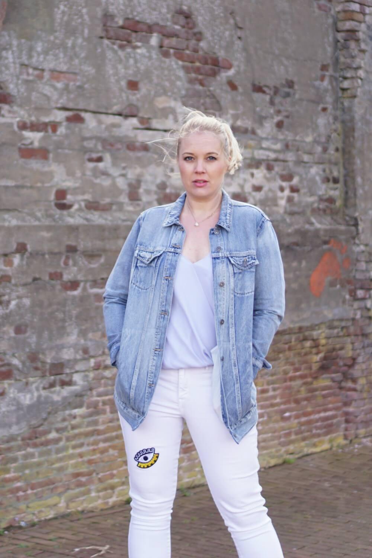 Outfit | Lange spijkerjas, witte broek, via vai schoenen 5