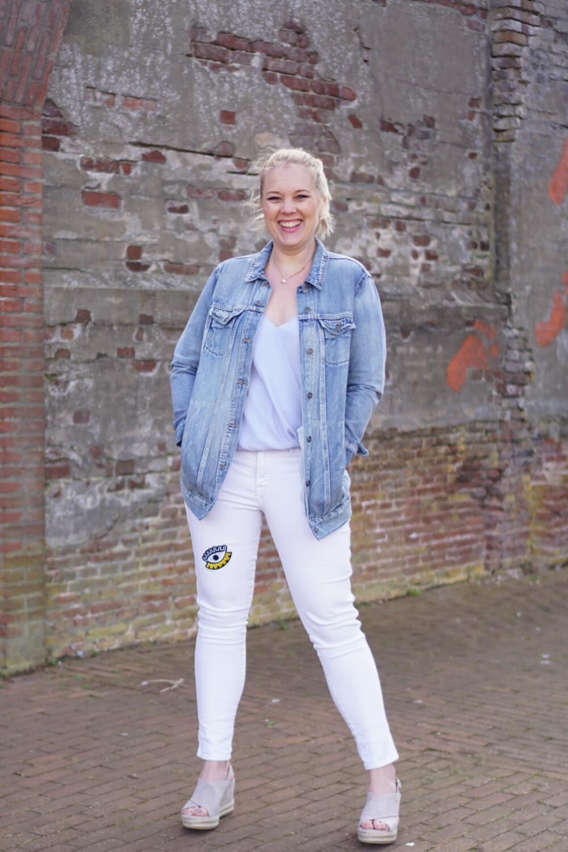 Outfit | Lange spijkerjas, witte broek, via vai schoenen 6