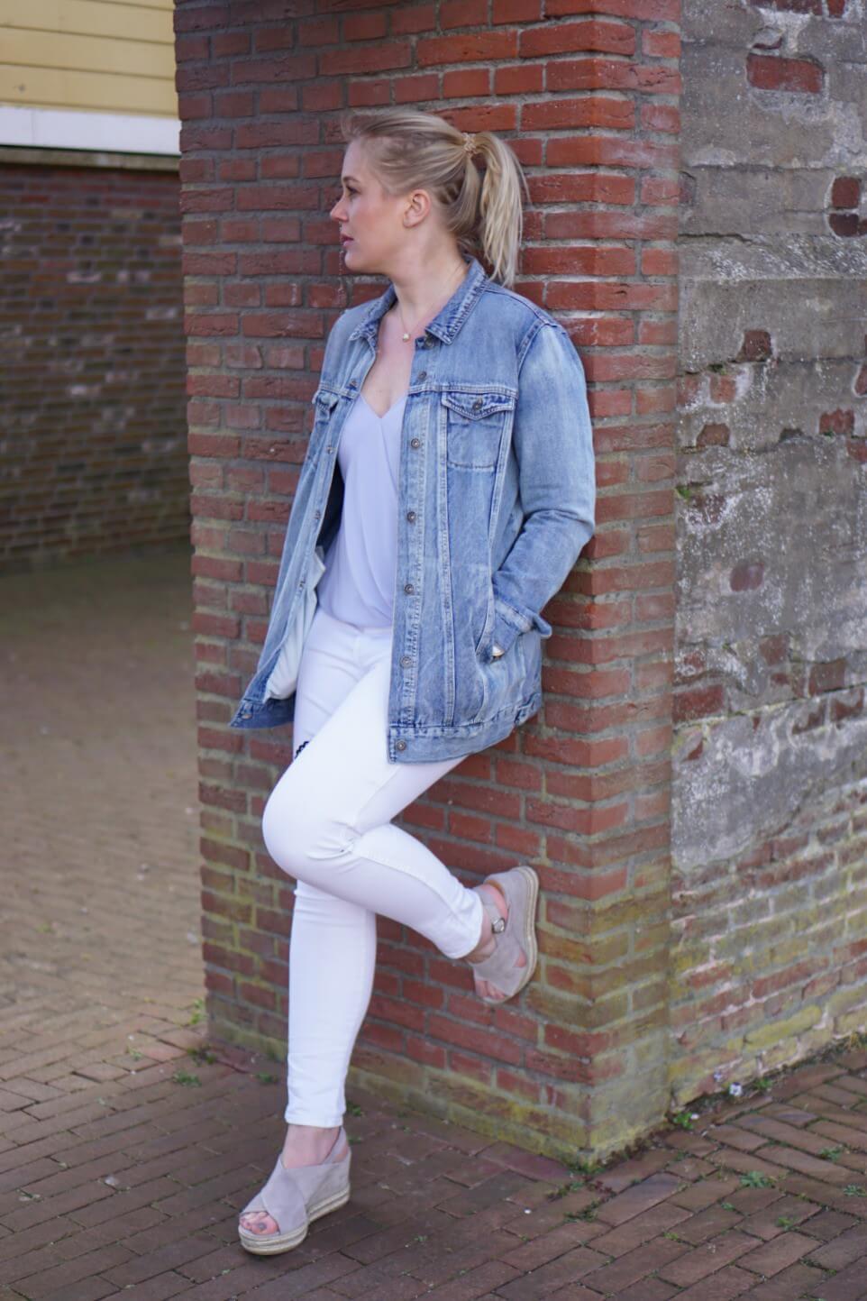 Outfit | Lange spijkerjas, witte broek, via vai schoenen 8