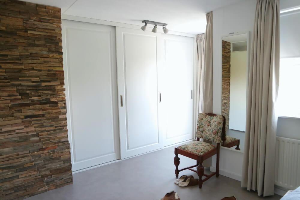 Slaapkamer hout muurtje en garderobekast