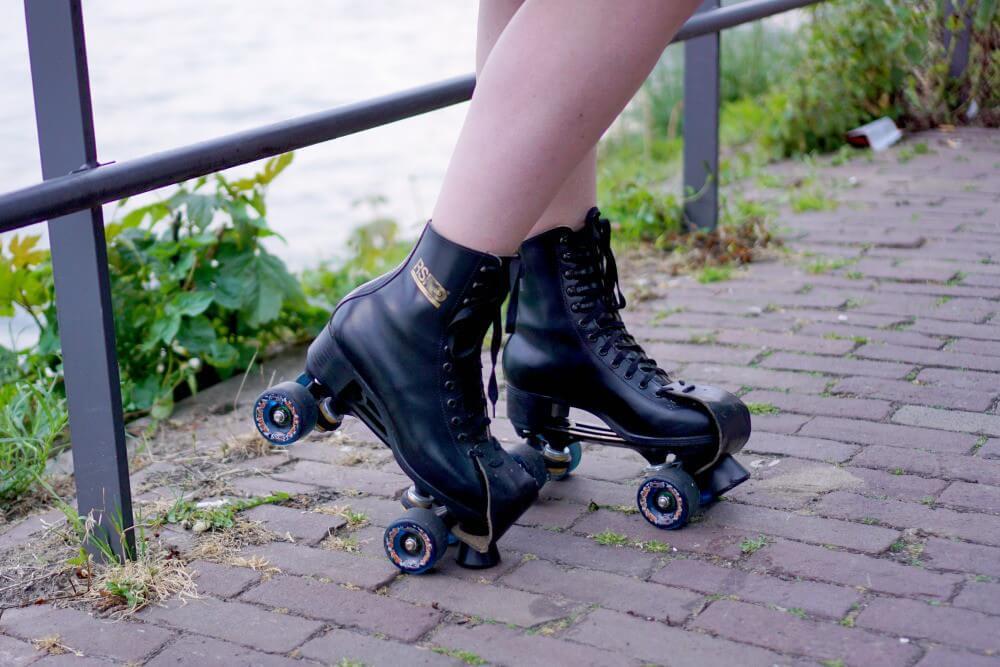 Outfit | Roller skate girl - red lips 3 RSI skates