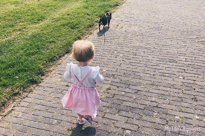 Kind hond uitlaten