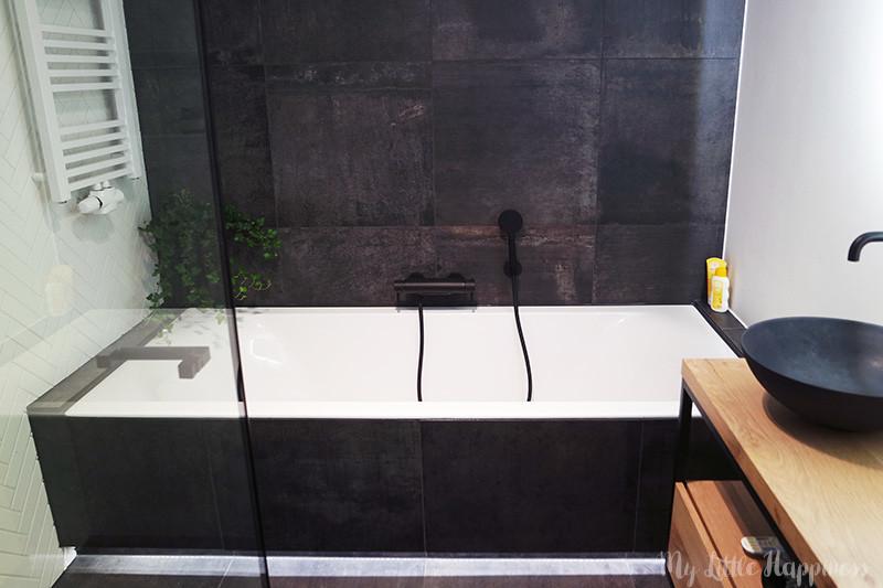 Kijk bij mij binnen | Industriële badkamer met visgraat tegels op de muur