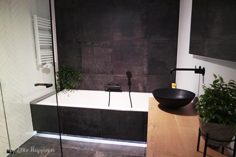 Industriële badkamer met zwarte kranen en visgraat