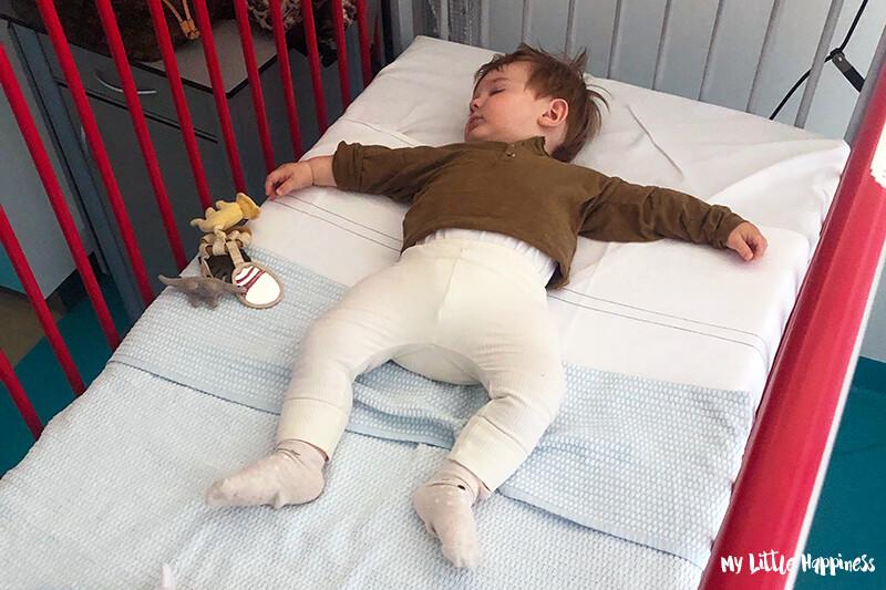 Kindje in ziekenhuisbed