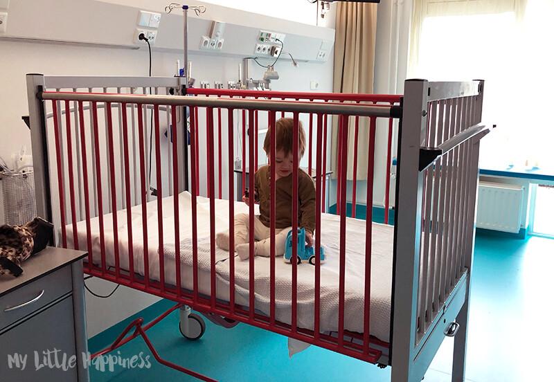 Kindje in ziekenhuisbedje voor koemelkprovocatietest